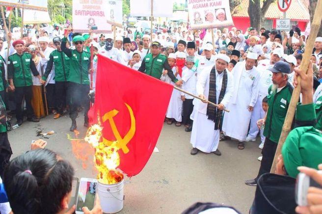 Bakar bendera palu arit